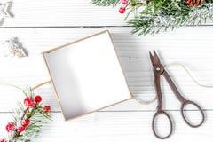 Упаковывая подарки рождества в коробках на деревянном взгляд сверху предпосылки Стоковое Изображение RF