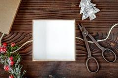Упаковывая подарки рождества в коробках на деревянном взгляд сверху предпосылки Стоковые Изображения RF