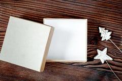 Упаковывая подарки рождества в коробках на деревянном взгляд сверху предпосылки Стоковое Фото