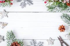 Упаковывая подарки рождества на деревянном взгляд сверху предпосылки Стоковое Изображение