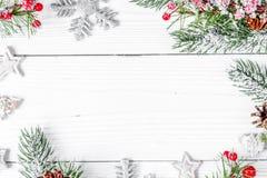 Упаковывая подарки рождества на деревянном взгляд сверху предпосылки Стоковая Фотография RF