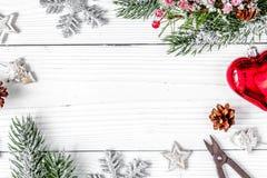 Упаковывая подарки рождества на деревянном взгляд сверху предпосылки Стоковое фото RF
