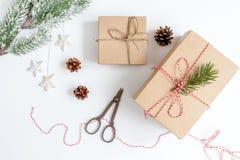 Упаковывая подарки рождества в коробках на белом взгляд сверху предпосылки Стоковое Изображение