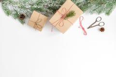 Упаковывая подарки рождества в коробках на белом взгляд сверху предпосылки Стоковые Фото