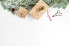 Упаковывая подарки рождества в коробках на белом взгляд сверху предпосылки Стоковые Изображения
