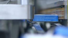 Упаковывая фармацевтическая коробка Медицинский упаковывая процесс Медицинское изготавливание акции видеоматериалы
