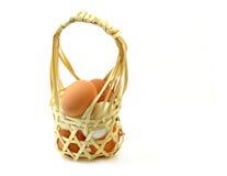 Упаковывая яичка в бамбуковой корзине Стоковые Фотографии RF