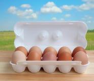 Упакуйте яичка цыпленка на расплывчатой предпосылке с природой Стоковые Изображения RF