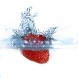 упаденная свежая вода клубники Стоковые Изображения