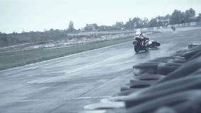 Упадите от мотоцикла на участвуя в гонке медленном mo сток-видео