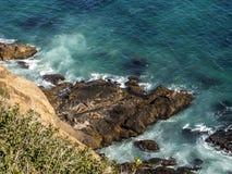 Уплотнения на Malibu, изумруде и открытом море в довольно пляже рая окруженном скалами Бухта Dume, Malibu, Калифорния, CA Стоковое Изображение