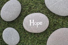 упование Пук камней лежа на зеленой траве Стоковые Фото