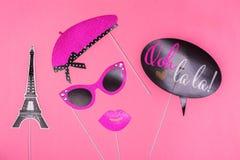 Упорки будочки фото красочные на день валентинок party - Эйфелева башня, губы, усик, стекла и пузырь слова Стоковое фото RF