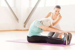 Упорная постаретая женщина делая протягивающ тренировки Стоковые Фото