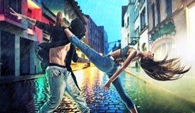 Упорно добиваться молодые танцоры практикуя в дожде стоковое изображение rf
