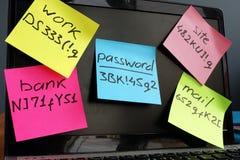 Управление пароля Ноутбук с ручками памятки на экране стоковая фотография