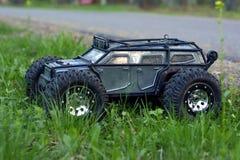 Управление по радио автомобиля на предпосылке зеленой травы Стоковые Изображения RF