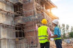 Управление рабочий-строителя лить конкретный насос на constru стоковое изображение