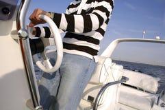 управление рулем быстроходного катера человека Стоковые Изображения RF