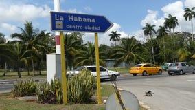 Управлять автомобилей дорожного знака Гаваны Кубы апреля 2018 винтажный видеоматериал