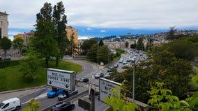Управлять автомобилей на славной дороге, городском транспорте Франции, проблеме экологичности, загрязнении воздуха сток-видео