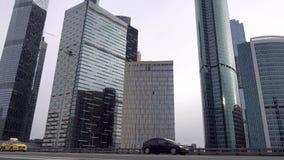 Управлять автомобилем на дорогах Москвы Около делового центра города Москвы сток-видео