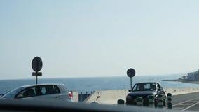 Управлять автомобилем на дороге горы вдоль стороны моря на солнечный день акции видеоматериалы