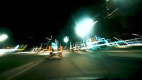 Управлять автомобилем на ноче Скорость движения Светлые следы ноги видеоматериал