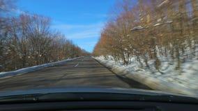 Управлять автомобилем, снежный ландшафт видеоматериал