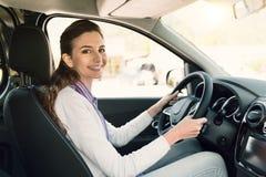 управлять автомобиля ее детеныши женщины стоковое фото rf