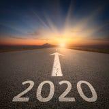 Управлять до предстоящее 2020 на открытой дороге на восходе солнца иллюстрация штока