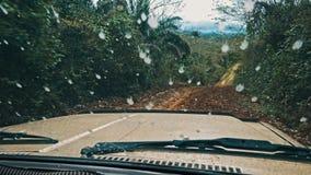управлять корабля suv автомобиля 4x4 на удаленной грязной грязной улице через тропический лес стоковое изображение rf