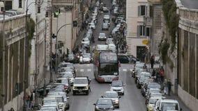 Управлять много автомобилей в старом европейском городе, заторе движения в занятой узкой улице сток-видео