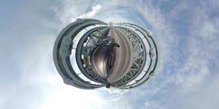 Управлять над мостом Menai в северном Уэльсе к Anglesey - Великобритании акции видеоматериалы