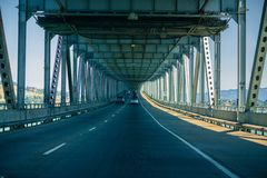 Управлять на мосте Джоне f Ричмонда - San Rafael Мост McCarthy мемориальный, San Francisco Bay, Калифорния стоковое изображение