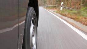 Управлять на проселочной дороге через лес - взгляд низко-угла видеоматериал