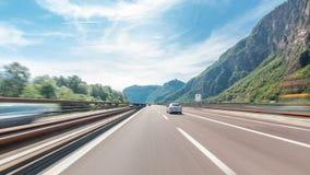 Управлять на шоссе через горы и луга в drivelapse hyperlapse timelapse Италии акции видеоматериалы