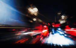 Управлять ночи Фото долгой выдержки Ноча города красочная освещает перспективу запачканную быстрым ходом автомобиля Стоковые Изображения RF