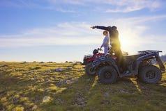 Управлять пар внедорожный с велосипедом квада или ATV Стоковые Изображения