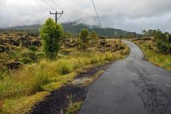 Управлять через дорогу гребня кальдеры среди взгляда потухшего кратера вулкана Batur Стоковые Фотографии RF