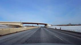 Управлять шоссе со снегом обочины во дне Точка зрения POV водителя межгосударственного или шоссе или скоростной дороги или скорос акции видеоматериалы