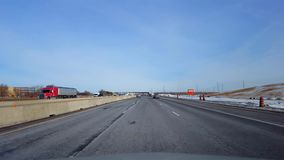 Управлять шоссе со снегом обочины во дне Точка зрения POV водителя межгосударственного или шоссе или скоростной дороги или скорос сток-видео