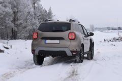 Управлять SUV Offroad с сыпней Dacia Стоковое фото RF