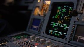 Управляющий элемент автопилота авиалайнера Панель переключателей на кабине экипажа воздушных судн Рычаги тяги близнеца engined видеоматериал
