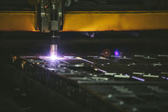 Управление оборудования лазера и производство завода metal structu стоковые фотографии rf