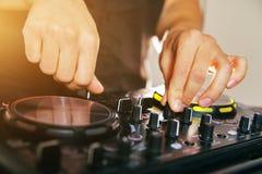 Управление смесителя консоли turntable DJ Стоковые Фотографии RF