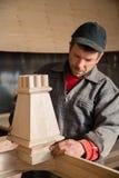 Управления плотника делают мебель Стоковое Фото