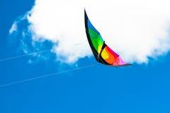 Управляемое похожее на крыл летание змея на небе Стоковые Изображения