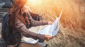 Управляйте автомобильным путешествием приемистости Женская гора природы перемещения путешественников Стоковые Изображения