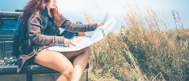 Управляйте автомобильным путешествием приемистости Женская гора природы перемещения путешественников Стоковое фото RF